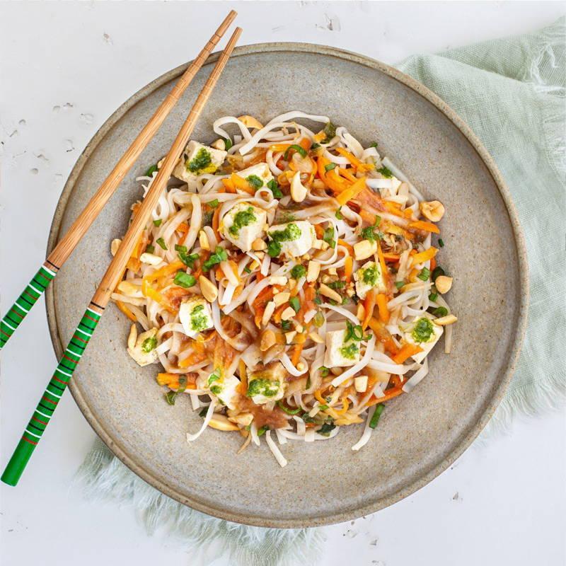 Pad Thaï signé Isabelle Huot Docteure en nutrition. Repas végé déjà cuisiné et livré chez-vous. Dégustez ce plat de nouilles sautées à la thaïlandaise, composé de tofu et d'un assortiment de légumes croquants. Oubliez le restaurant pour ce midi, mon Pad Thaï comblera votre appétit!