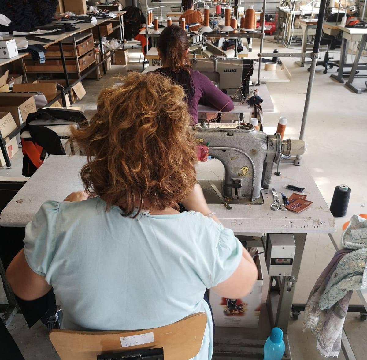 Des couturières confectionnent vos chemises à la main et avec un savoir-faire français unique