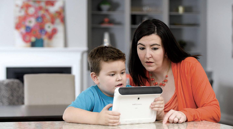 Mutter und Sohn benutzen ein UK-Gerät von Tobii Dynavox zur Kommunikation