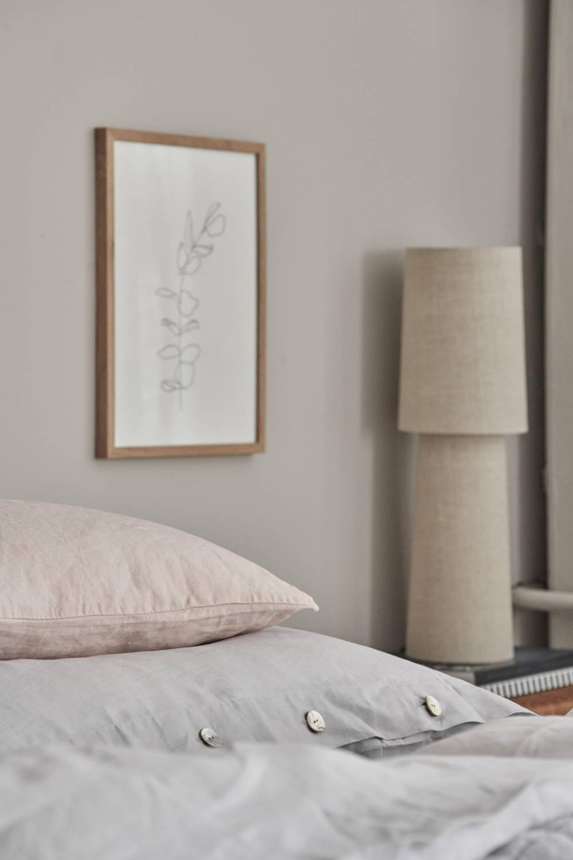 Minimalistische Tischlampe im Schlafzimmer