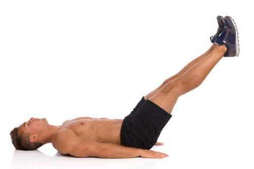 Mann bei der Bauchübung Beinheben