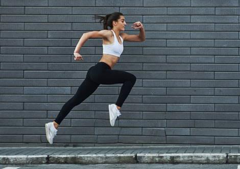Une jeune femme motivée veut maigrir vite