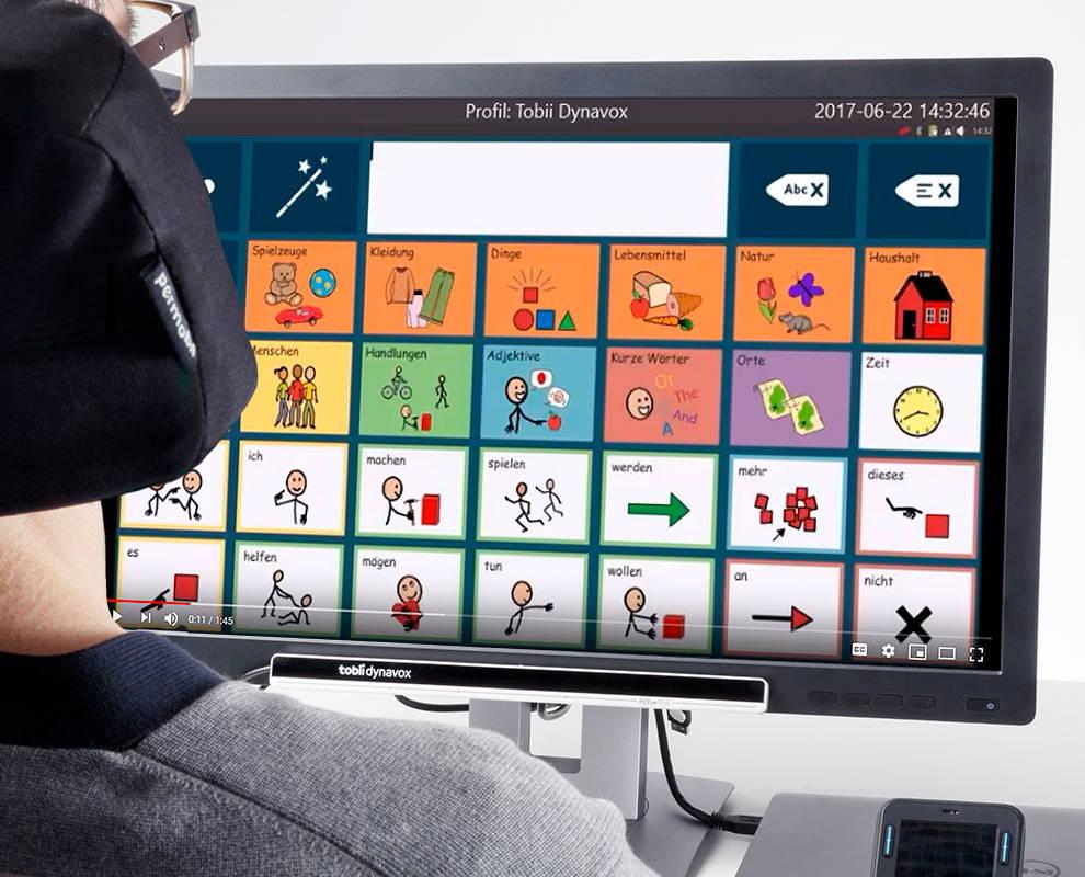 Person verwendet Communicator 5 via Augensteuerung auf einem UK-Gerät von Tobii Dynavox