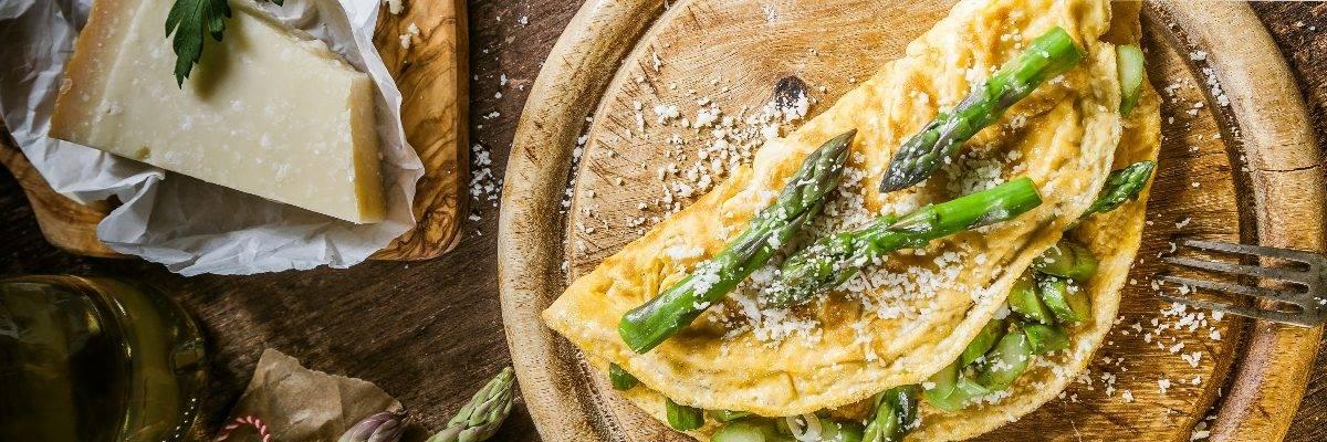 Lebensmittel ohne Kohlenhydrate können ein Omelette mit Spargel und Parmesan-Käse sein