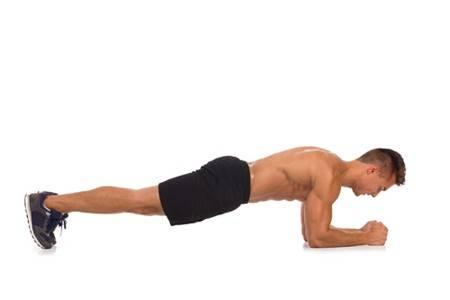 Mann bei der Sixpack Übung Planks