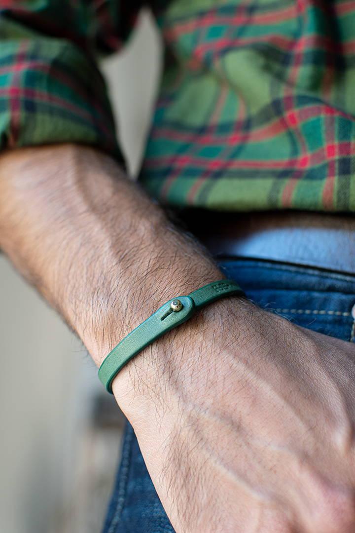 Bracciale pelle Tulsi Tè Color - Pelle colore verde e chiusura in colore oro - Indossato uomo
