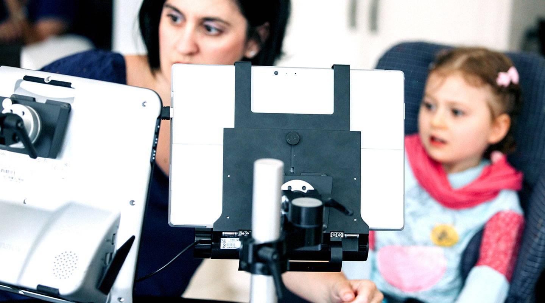 Mutter und Tochter benutzen ein Gerät mit unterstützenden Technologien von Tobii Dynavox zum Kommunizieren