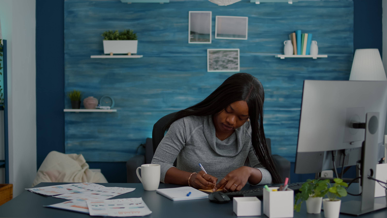black mom applying for scholarship