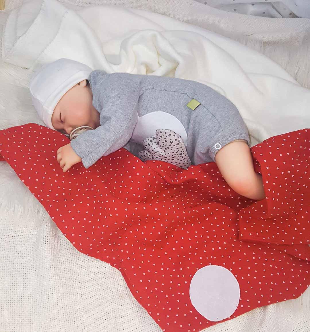 Musselin-Tuch in rot-weiß, selbsthaftende Wärmekissen Wolke, schlafendes Baby