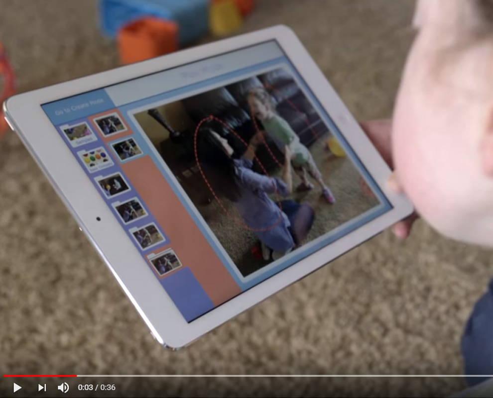 Junges Mädchen schaut auf Snap Scene von Tobii Dynavox auf Ihrem Gerät mit Touch-Bildschirm