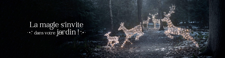 Famille de rennes de Noël dans une foret enneigée