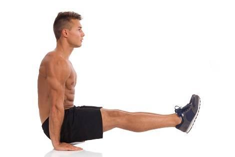 Mann bei der Bauchübung Beinheben im Stütz