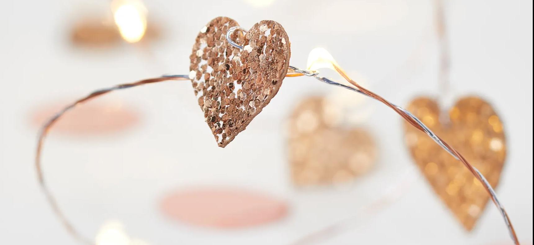 Guirlande lumineuse micro LED avec cœurs pailletés or rose proche