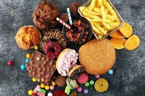 Ungeeignete Lebensmittel beim Muskelaufbau: alles mit viel leeren Kalorien