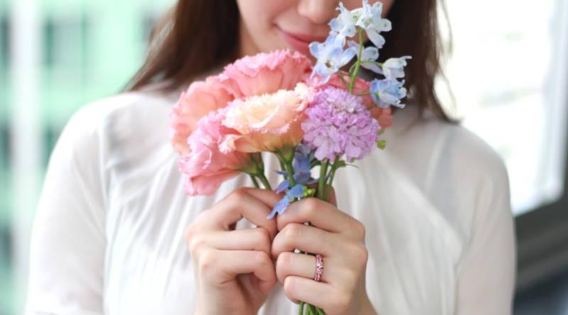 花を持つ手元