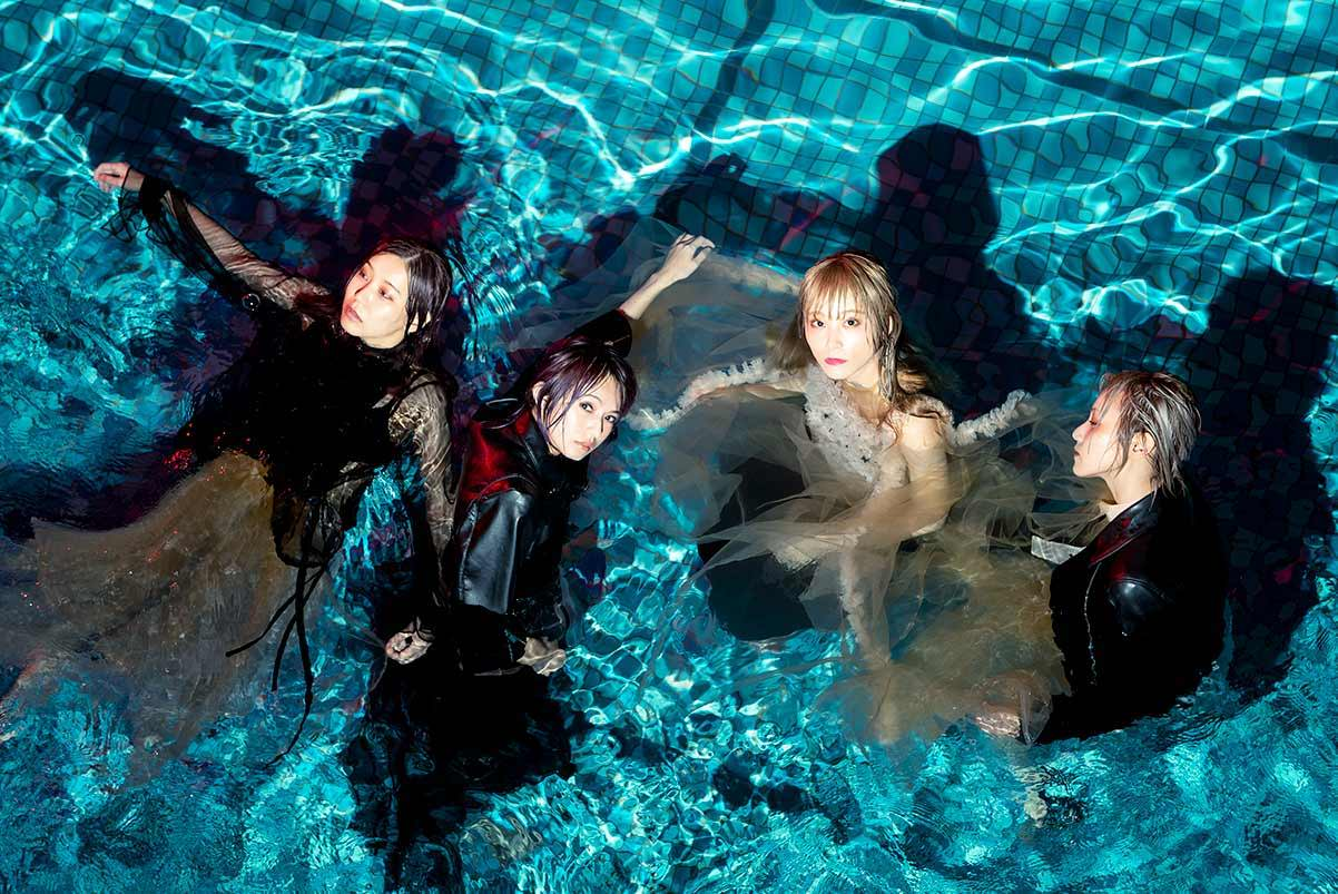 SCANDAL band pic, including TOMOMI, HARUNA, RINA and MAMI in a pool of water