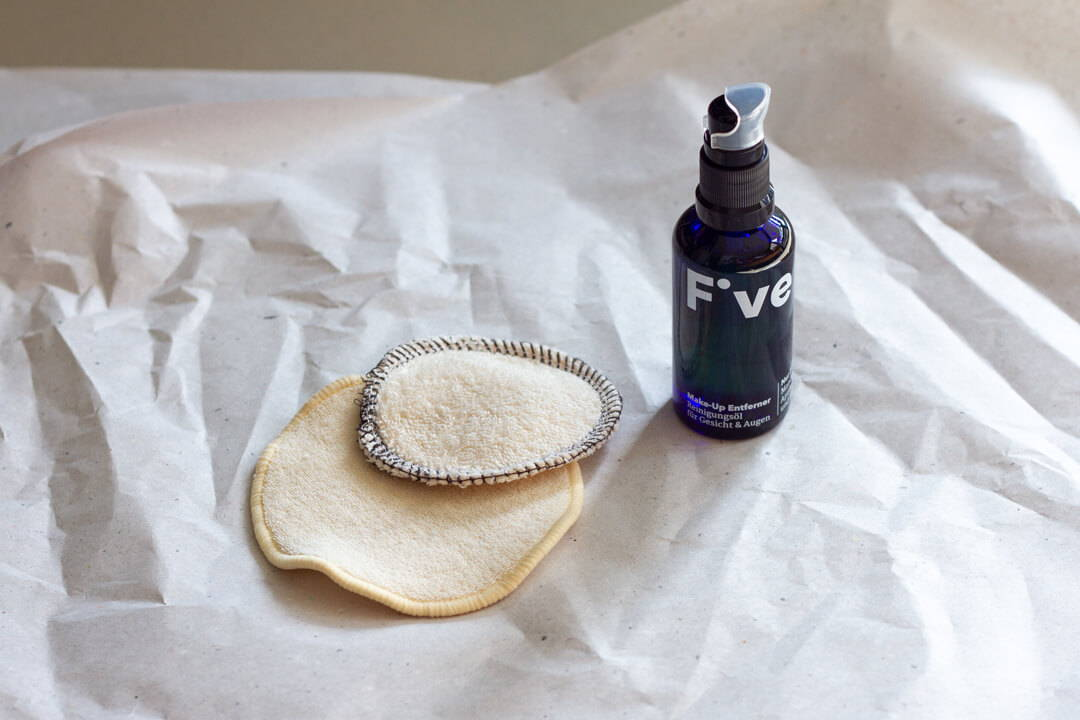 Mit waschbaren Abschminkpads vermeidest du Müll im Bad | Five Skincare