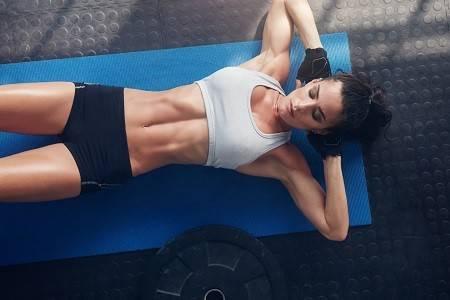 Frau beim Training - Crunches