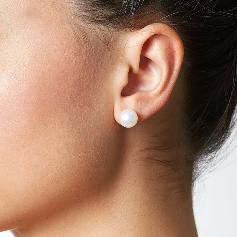 9-10mm pearl stud earrings on a model