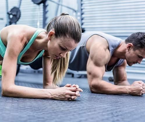 Frau und Mann beim Training