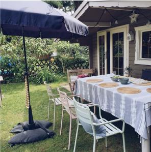 Baser Sonnenschirmständer Sonnenschirm Sandsäcke dunkelgrau Tisch Schatten Garten Rasen Ferienhaus