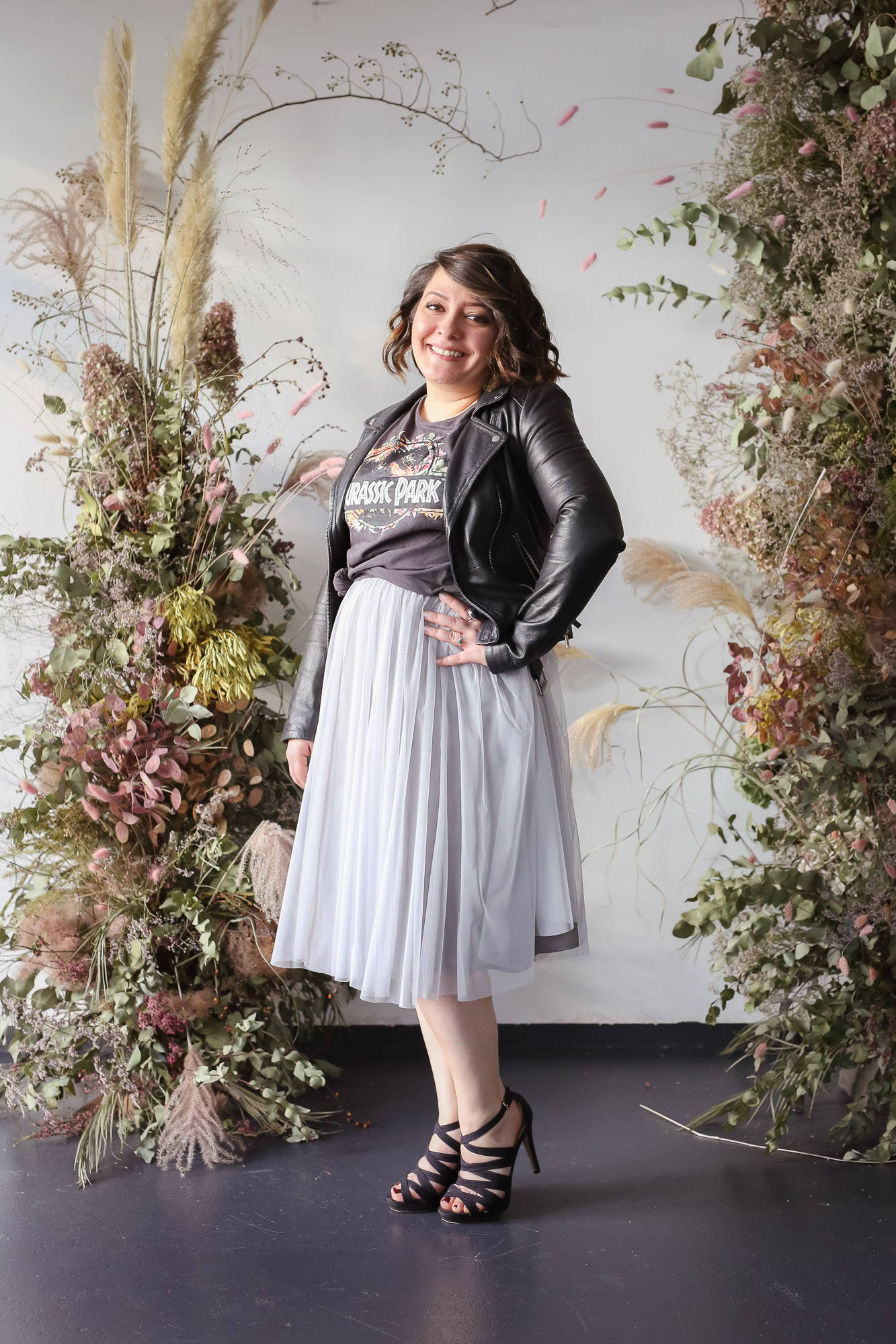 noni Brautmode, Styling Inspiration, kurzer Brautrock in grau mit Lederjacke und T-Shirt
