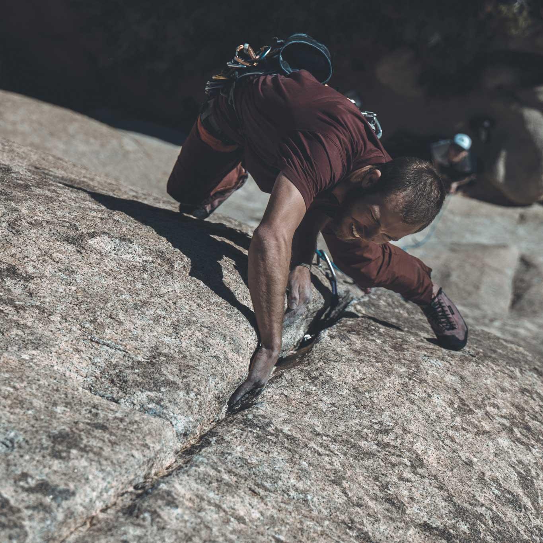 Man rock climbing wearing Foehn Brise Pant