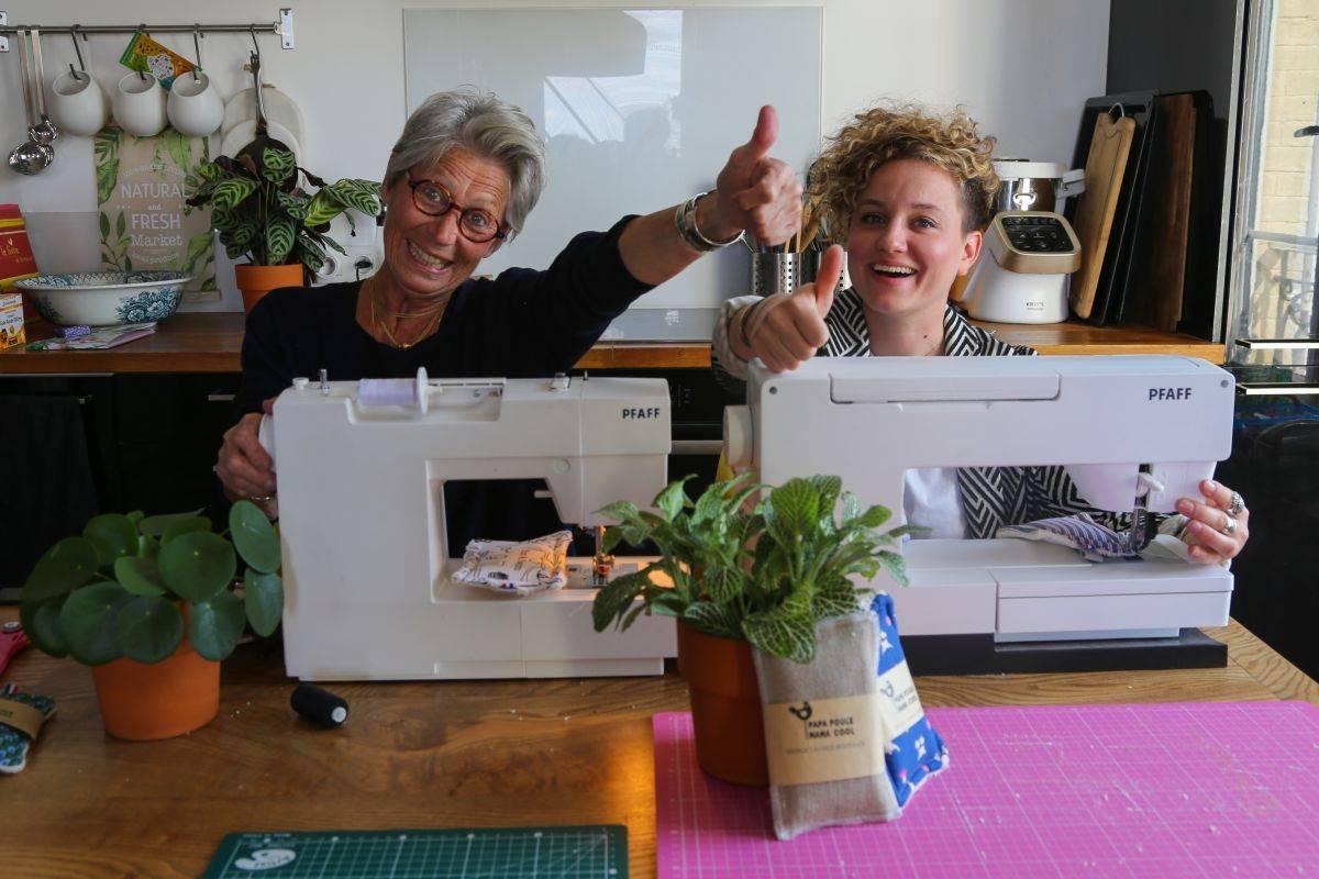 Célia et Marie de Papa Poule Mama Cool dans leur atelier