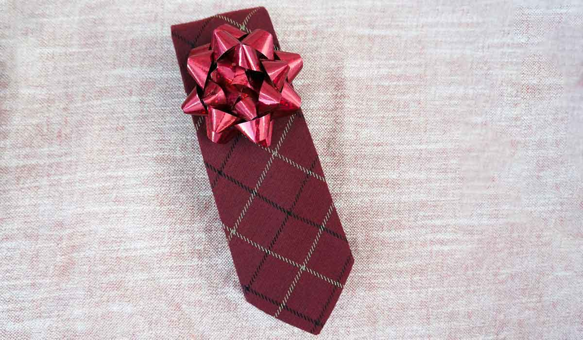Necktie with gift bow