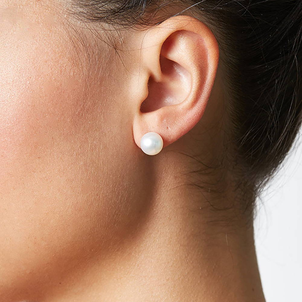 8-9mm pearl stud earrings on a model