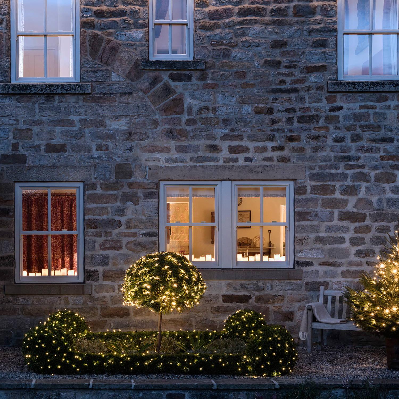 Lichternetze zu Weihnachten schmücken Vorgarten