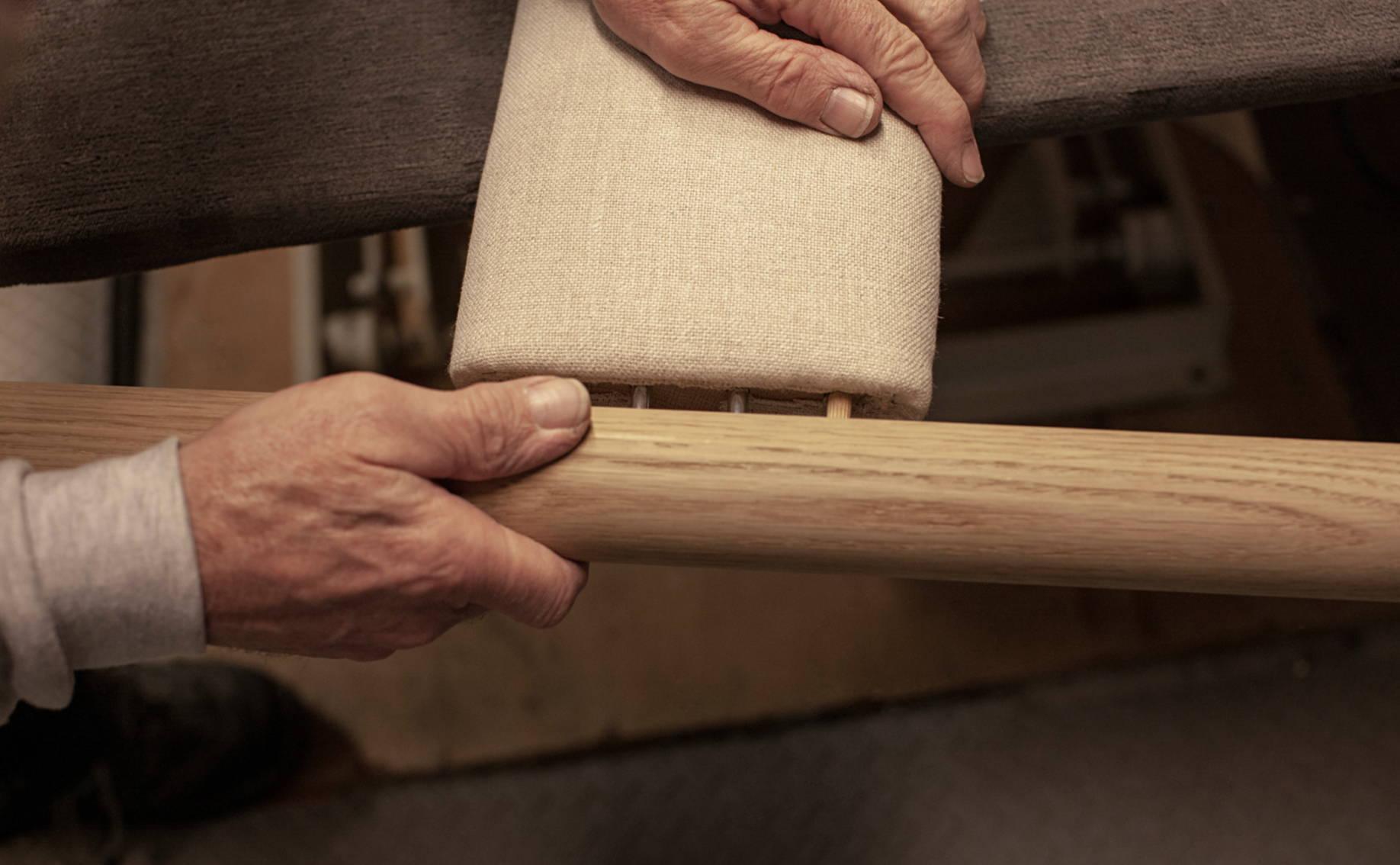 Leinen und Holz beim Veng Bett