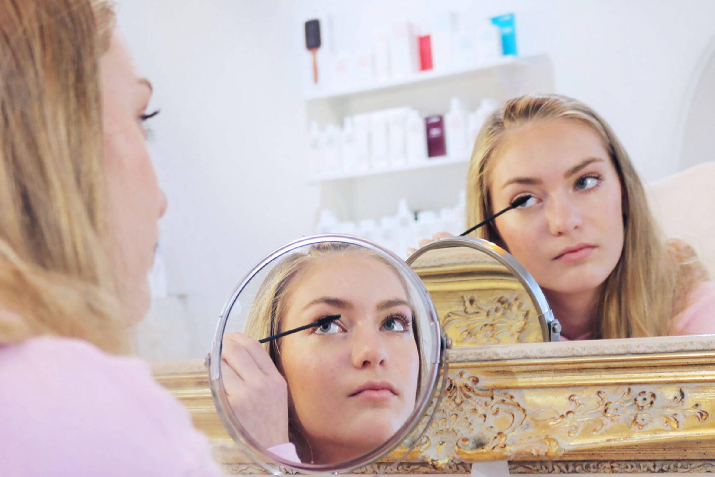 im teenie schminkkurs wird typgerechtes schminken erlernt