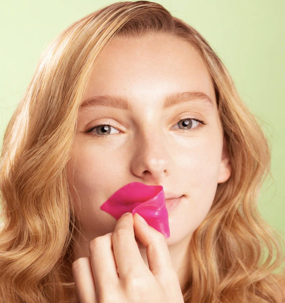 Chica en máscara de labios fondo verde