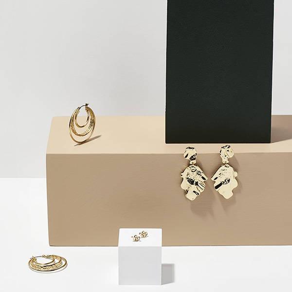 Gyldne øreringe til hverdag og fest