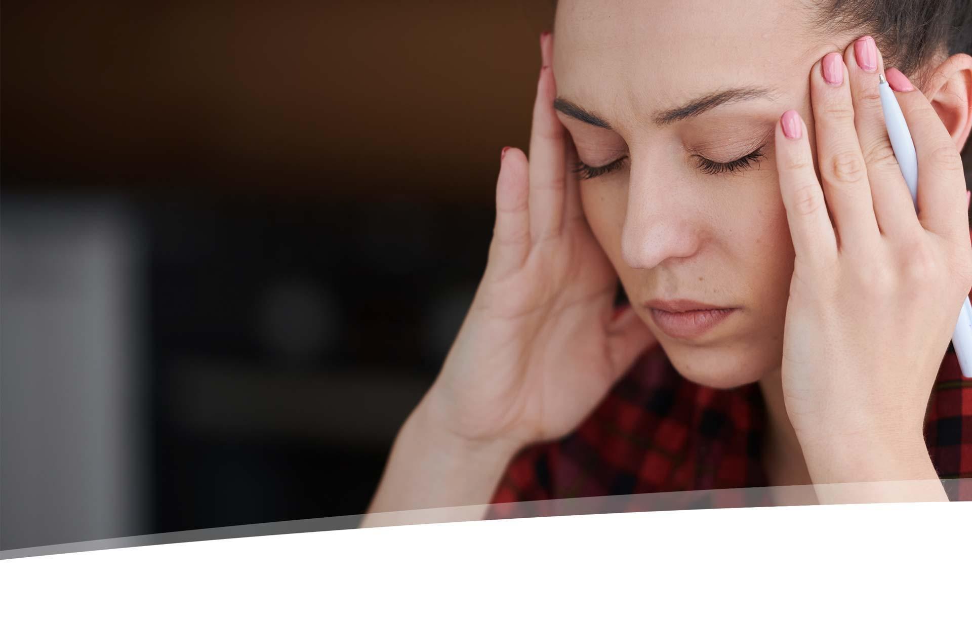 Natürliches Schmerzmittel CBD Frau Kopfschmerzen