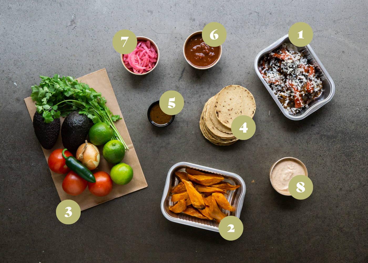 Opskrift og vejledning på Samle selv tacos med søde kartofler og veggie fajita, blandet salsaer og toppings