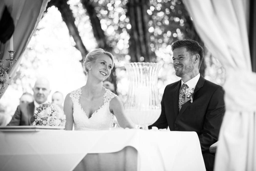 braut und bräutigam mit einem hochzeitsstyling von püppikram