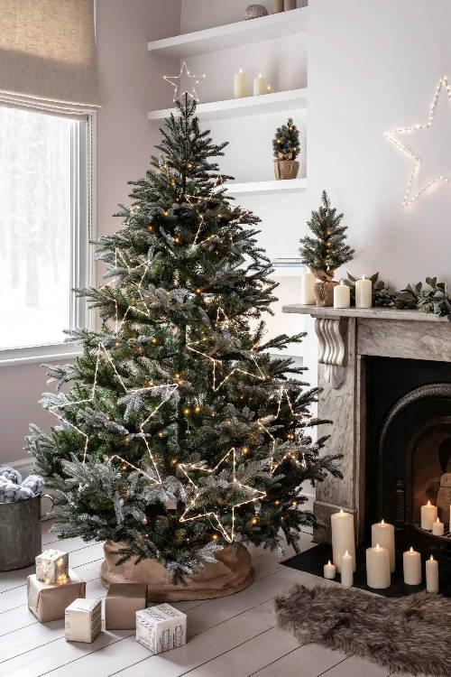 Weihnachtsbaum mit LED-Sternen als Beleuchtung.