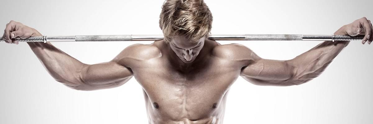 Muskulöser Mann mit Langhantel