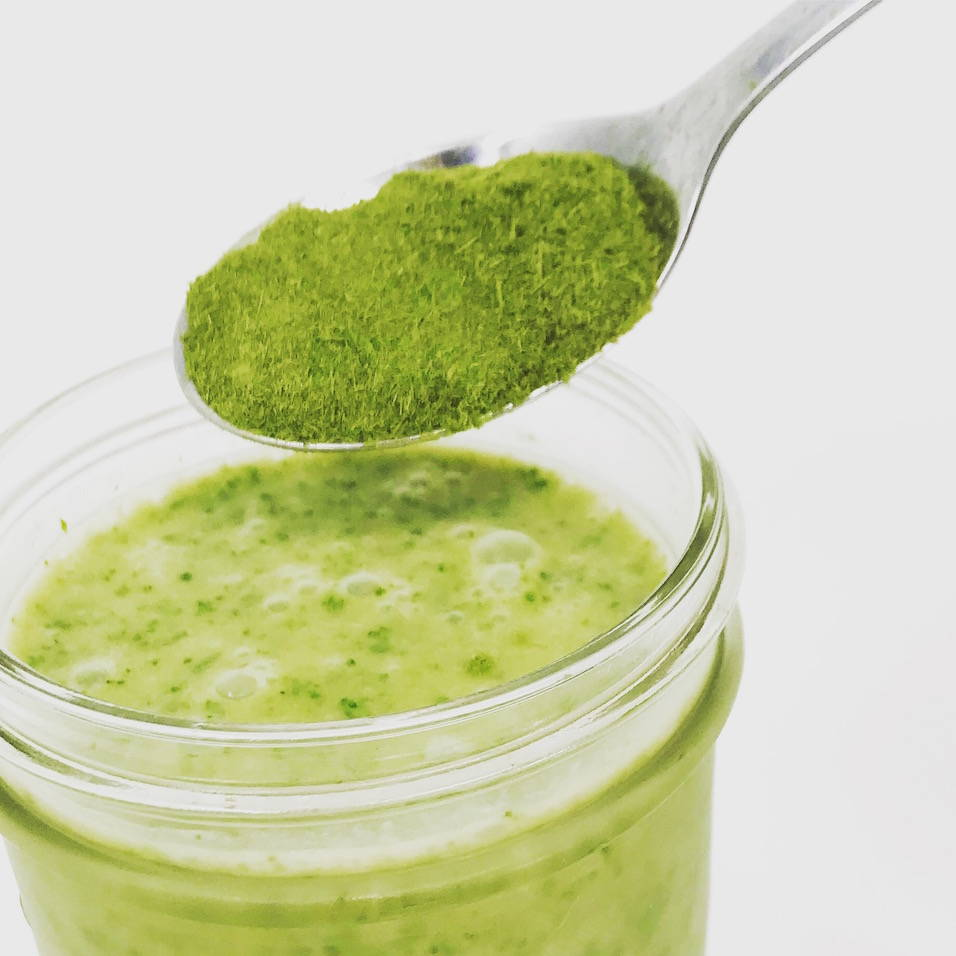 Wheatgrass powder for a wheatgrass smoothie of bananas and oats.