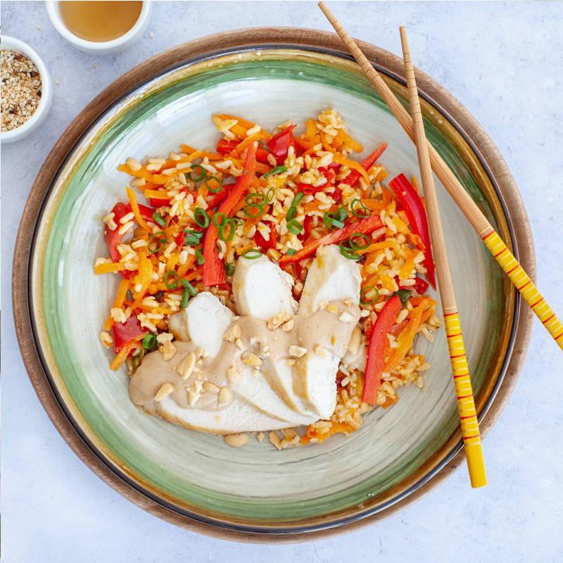 Poulet aux arachides Isabelle Huot Docteure en nutrition. Repas prêt à manger goûteux et nutritif. La sauce aux arachides est très appréciée par les gens qui aiment la cuisine asiatique! Elle est servie ici sur des tranches de poitrine de poulet riche en protéines, du riz brun et des légumes. Miam!