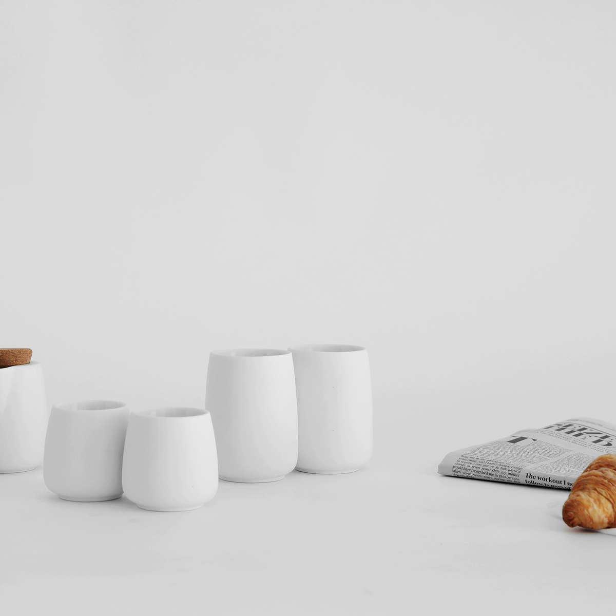 Weiße Teetassen in skandinavischem Design