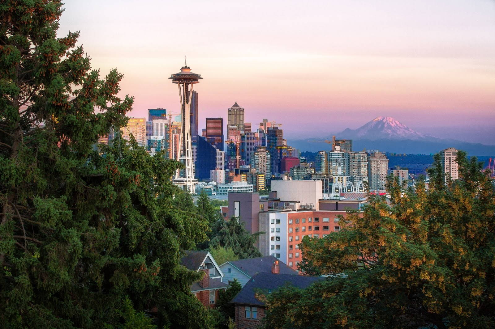 Wondering what to pack for Seattle? Here is the city skyline, complete with Mount Rainier in the background.