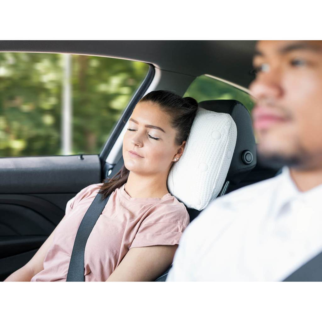 Frau schläft auf VOLAR im Auto