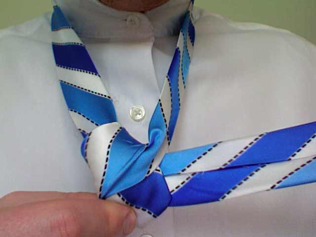 How to tie a full windsor knot step 6