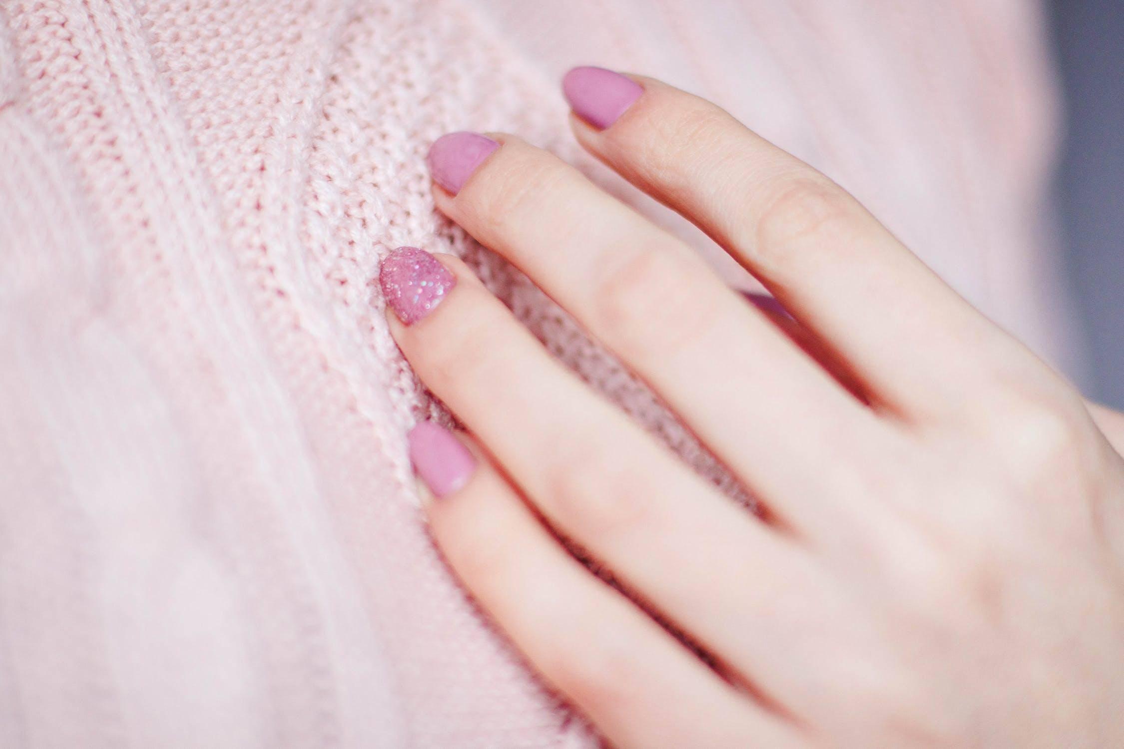 die kosmetikerin bei püppikram lackiert einer kundin die nägel mit shellac