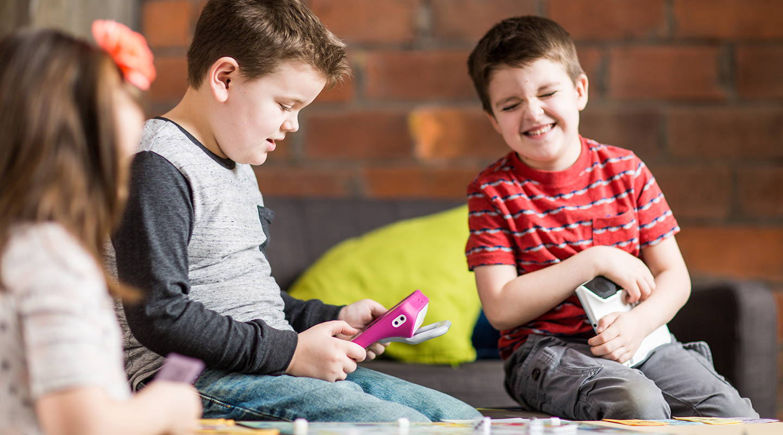 Ein Junge kommuniziert mithilfe eines UK-Gerätes von Tobii Dynavox