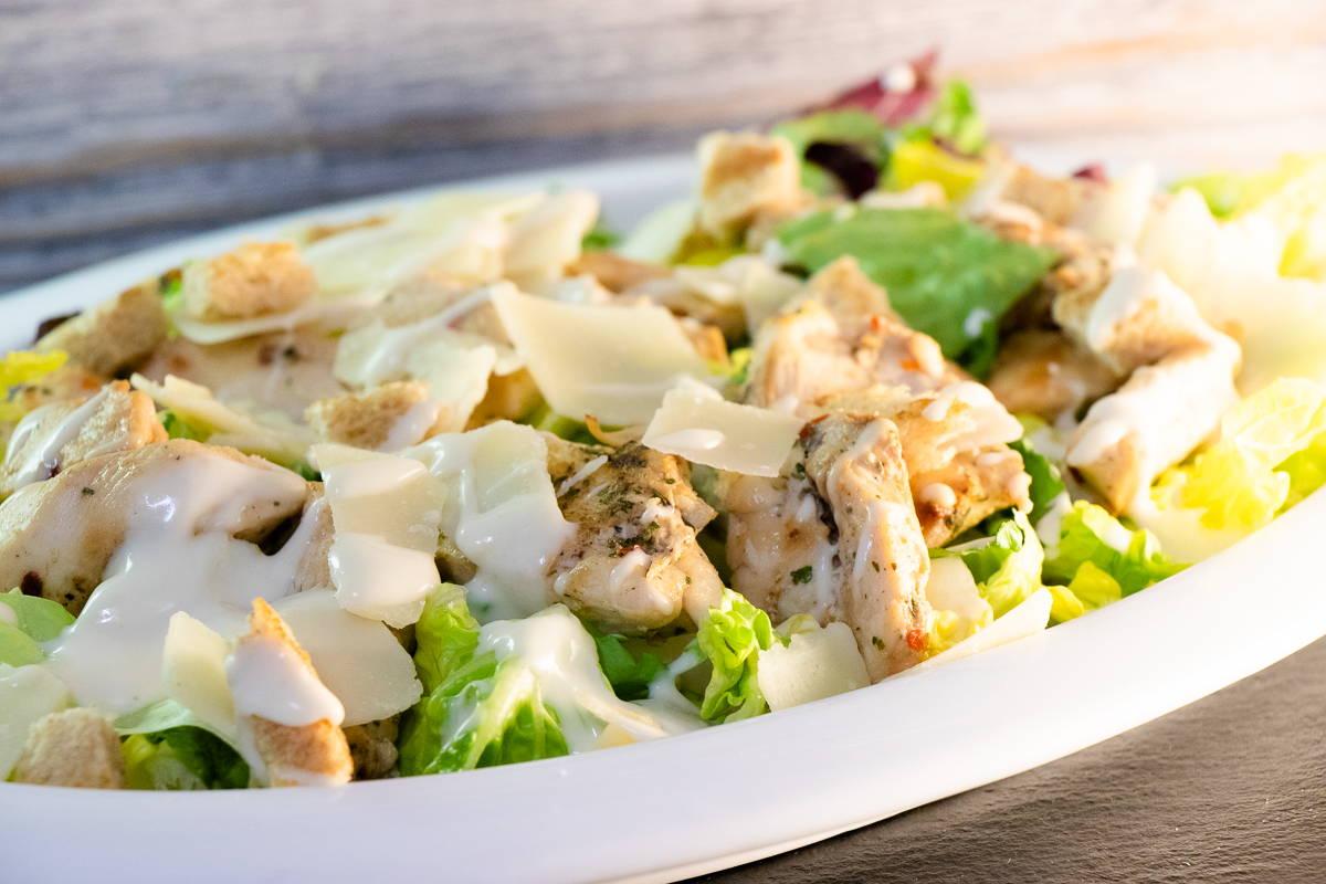 Frisch angerichteter Caesar Salat
