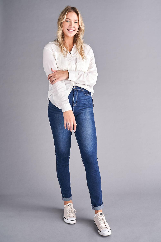 tall-woman-jeans-white-shirt